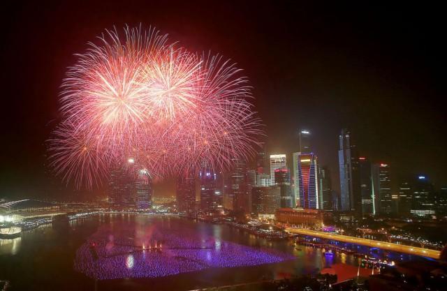 Espectáculo pirotécnico en Singapur. By WONG MAYE-E (AP)