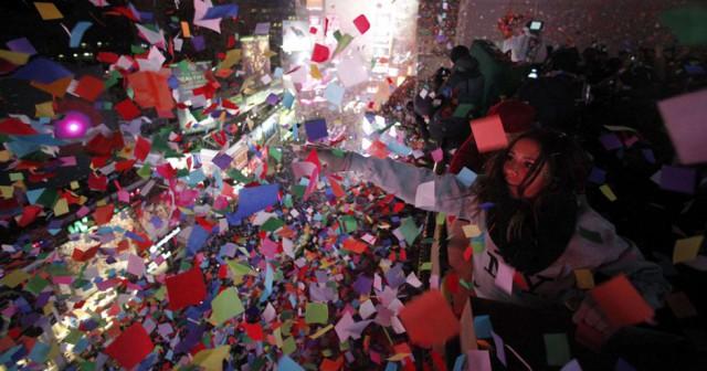 Nueva York celebra la llegada del Año Nuevo tirando confeti en Time Square. By GARY HERSHORN (REUTERS)