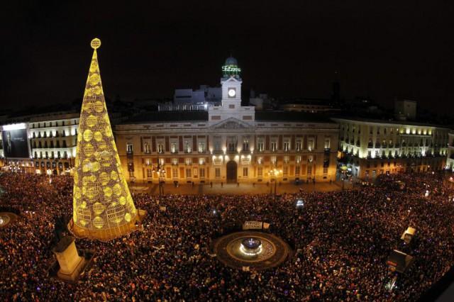 La multitud en la Puerta del Sol de Madrid. By KIKO HUESCA (EFE)