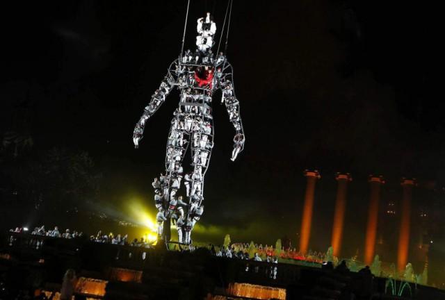 Momento del espectáculo que el Ayuntamiento de Barcelona ofreció frente a la Font Mágica de Montjuic para celebrar la entrada del año 2014. By ALBERT OLIVÉ (EFE)